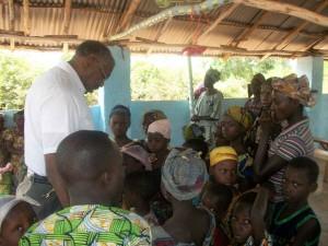 Pastor Washington praying with some children of Dodji